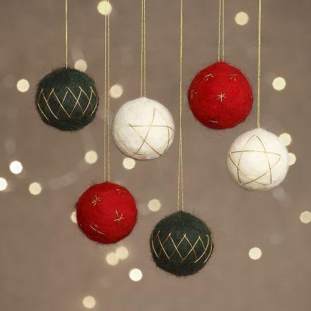 Julekugler af nålefilt på styropor pyntet med guldtråd