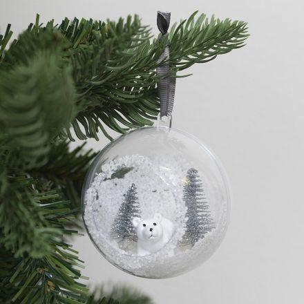 Julekugle med hul pyntet med kunstig sne og mini figurer
