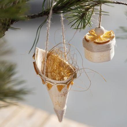 Kræmmerhus af træfinér pyntet med stempler og naturpynt