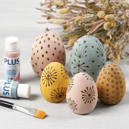 Bejsede æg af træ dekoreret med elbrænder