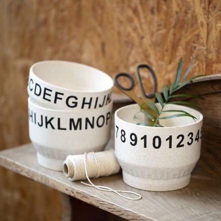 Bambus skåle dekoreret med tal og bogstaver