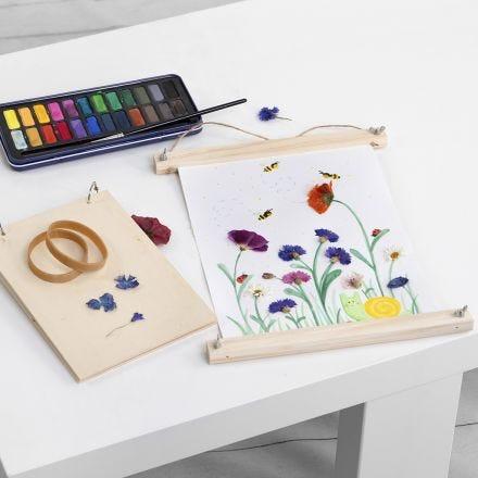 Akvarelbilleder med pressede blomster limet på