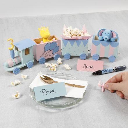 Fødselsdagstog dekoreret med hobbymaling samt tal og dyr i Silk Clay
