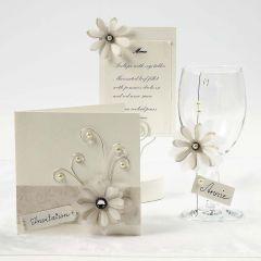 Invitation, bordkort og menukort i råhvid med blomster