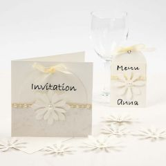 Invitation, bordkort og menukort i råhvid med udstansede blomster