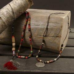 Halskæde med fjer og perler