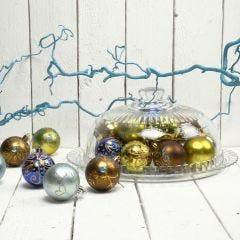 Julekugler pyntet med rhinsten og glitter i hhv. lim og konturmaling