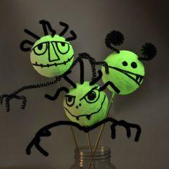 Selvlysende halloween monstre af styropor og chenille