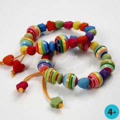 Kulørt armbånd med perler i plast
