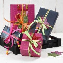 Julegaveindpakning med bånd i neon og mosgummi med glitter