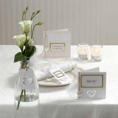 Invitation og bordpynt i hvid med udstanset pynt og dun