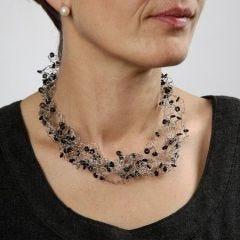 Hæklet halskæde i smykkewire med siliconeringe