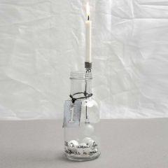 Glasflaske med dekoreret lysholder og skilt i metal