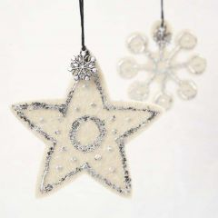 Stjerne og iskrystal i filt med bladmetal og charms