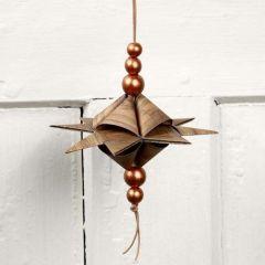 Pyramideformet stjerne på lædersnor med perler