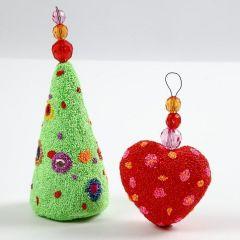 Juletræ og julehjerte af styropor pyntet med Foam Clay og rhinsten