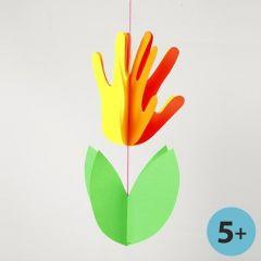 Neonfarvet blomst af karton lavet efter omrids af hænder