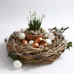 Krans af grene, pyntet med fugl, fjer og æg