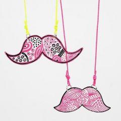 Mustache som smykkevedhæng af tuschdekoreret krympeplast