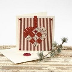Julekort med hjerte af designpapir og kuvert med laksegl