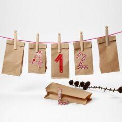 Kalender af papirsposer med nummerering af masking tape