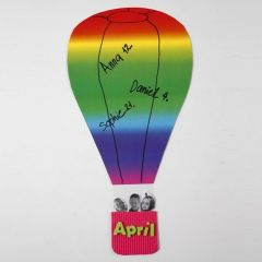 Luftballon af regnbuekarton med kurv af bølgepap