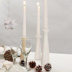 Hvidmalede lysestager af træ