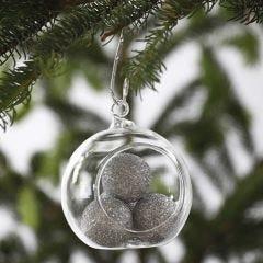 Glaskugle fyldt med sølvglitrende styroporkugler
