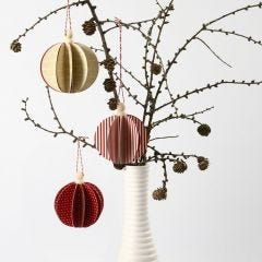 Julekugle som saml-selv af designpapir fra Vivi Gade