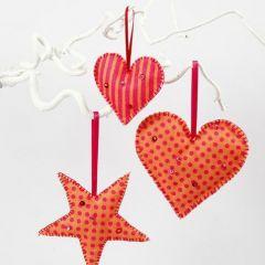 Hjerter og stjerne syet af mønstret filt stof