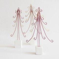 Juletræ af kulørt alutråd på fod af cernit