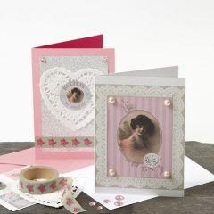 Kort med blonder i hvid og lyserød design