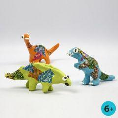 Dinosaur af papmaché, malet og dekoreret med decoupagepapir