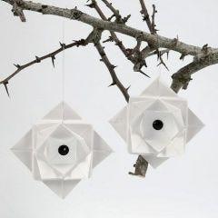 Foldet ophæng af vellum origamipapir med rhinsten i midten