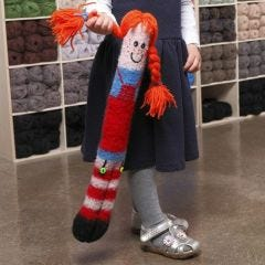 Lang krammedukke, strikket og valket
