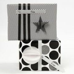 Julegaveindpakning med sort og hvidt gavepapir og pynt i design fra Vivi Gade