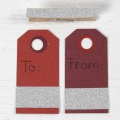 Til-og-fra-kort af manillamærke, klemme og masking tape