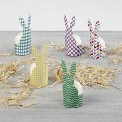 Æggebæger med påskehare i mønstret karton