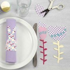 Påskehare som servietring og blomster af mønstret og ensfarvet karton