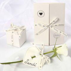 Bryllupsinvitation, bordkort og æske pyntet med satinbånd