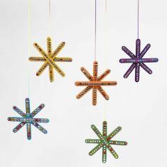 Kulørt stjerne af farvede træpinde pyntet med rhinsten