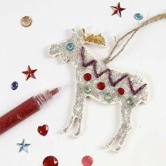 Glittermalet og pyntet juleophæng af træ