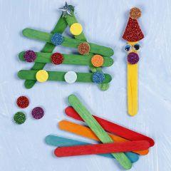Sammensatte julefigurer af indfarvede træpinde