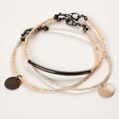 Armbånd af smykkewire med rocaiperler og vedhæng
