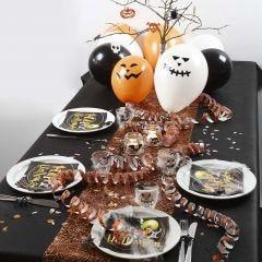 Halloween borddækning med bordløber, balloner, serpentiner og andet pynt