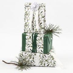 Julegaveindpakning med mistelten motiv pyntet med silkepapir, bånd og rosetter