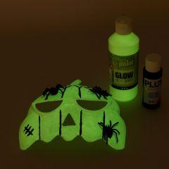 Græskarmaske malet med selvlysende maling og pyntet med plastik edderkopper