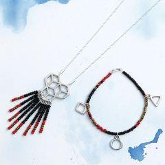 Matchende armbånd og halskæde med rocaiperler og vedhæng