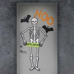 Dør til Halloween pyntet med stort selvlysende skelet og flagermus