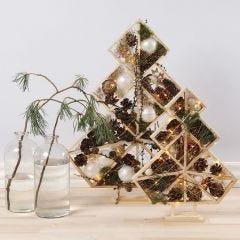 Juletræer pyntet med julekugler, kogler, gran og lys